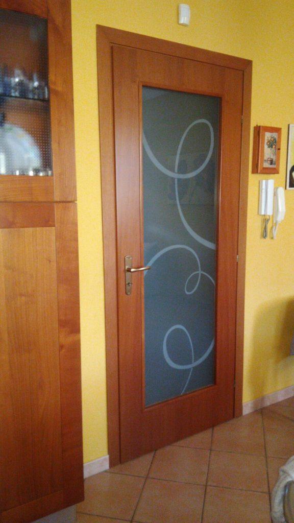 Vetro satinato per porta in legno a battente.