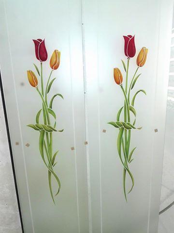 Vetri satinati con decoro florale