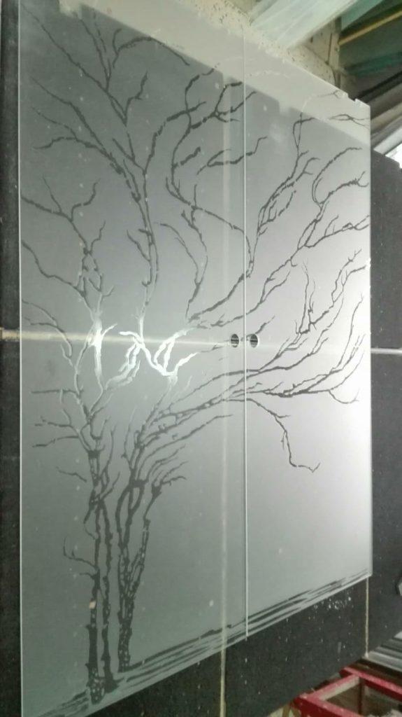 Porta a scrigno in vetro 8mm extrachiaro temperato satinato con decoro in trasparenza