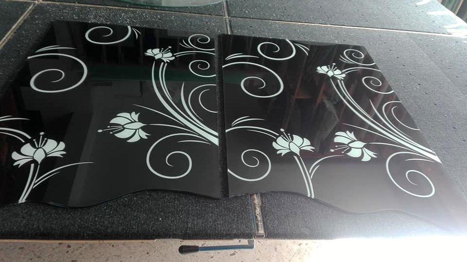 Porta a scrigno in legno a doppia anta con vetri sagomati  e decorati