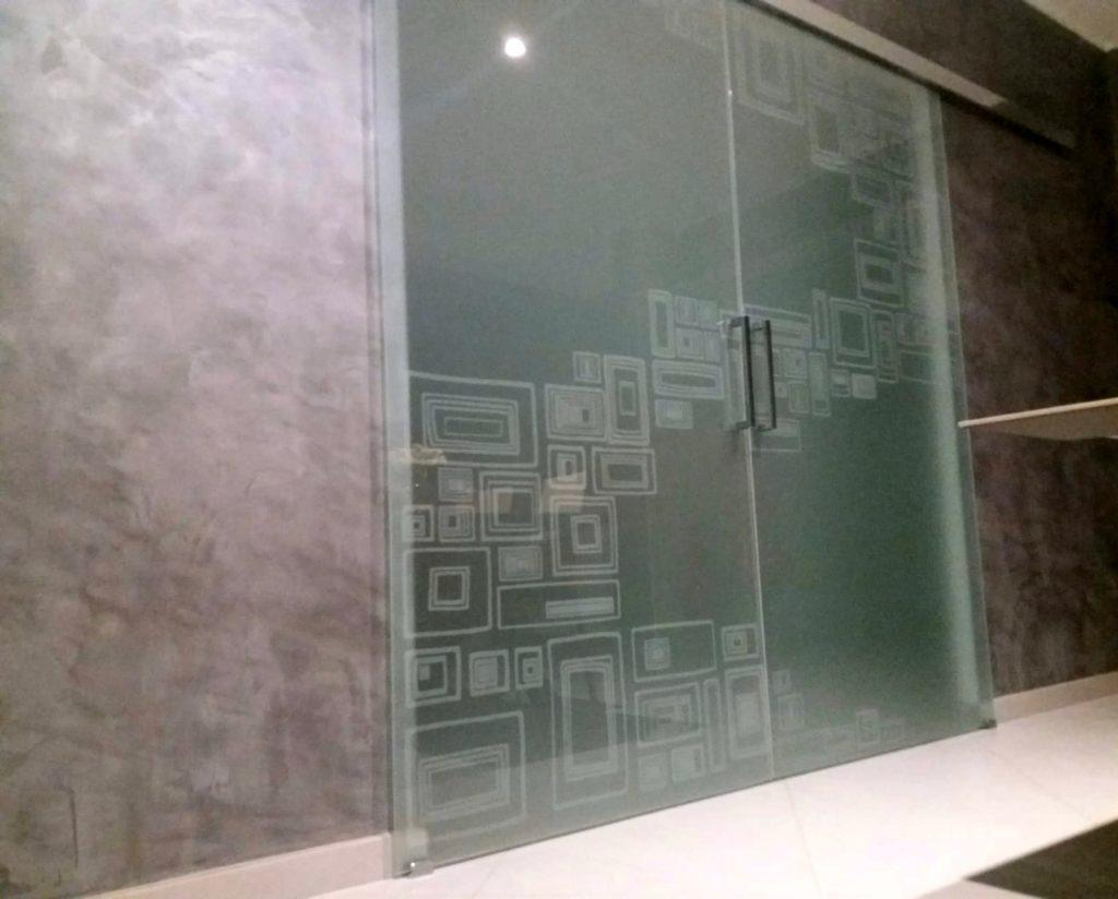 Porta scorrevole in vetro satinato temperato con decoro