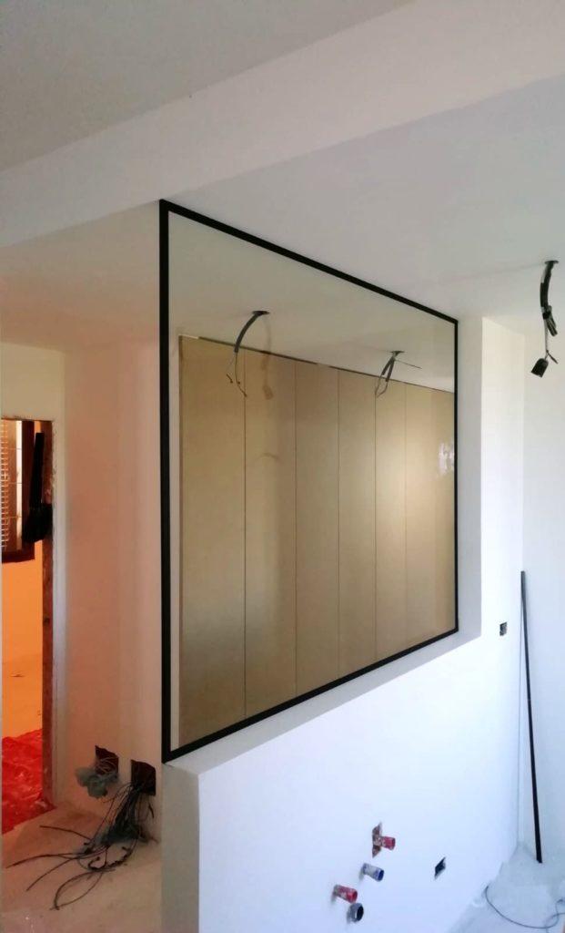 Separè in vetro stratificato da 8mm trasparente con profilo in alluminio cromato nero